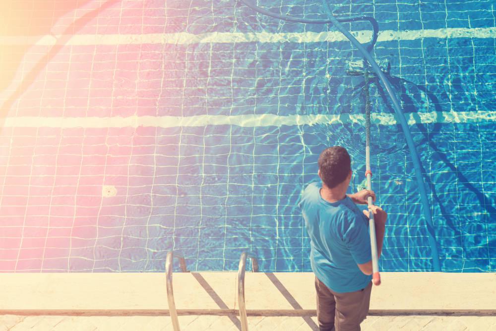 Los servicios de limpieza y mantenimiento de piscinas son fundamentales en verano