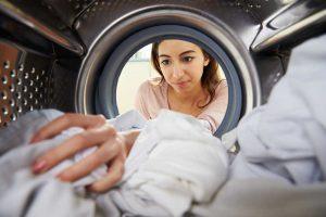 Lavar la ropa de trabajo es imprescindible para que las empresas luchen contra el coronavirus